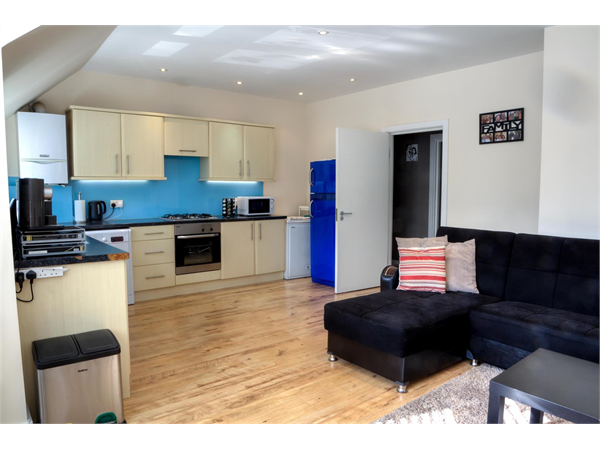 Property & Flats to rent with Martin & Co : Brentford L2L6022-866