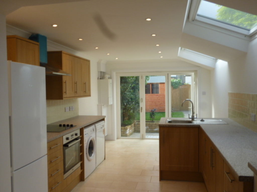 House To Rent In North Sheen L2L390-218