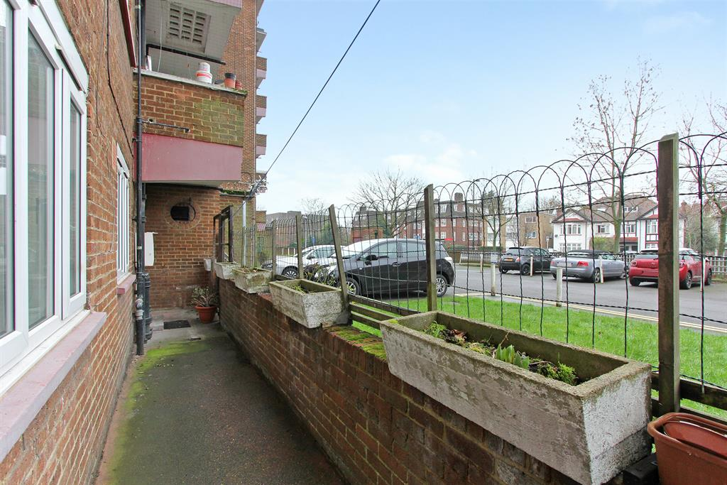 Property & Flats to rent with Hunters (Camberwell) L2L4393-381